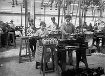 World War I. Women and Chinese workers working in a French weapon factory. © Collection Roger-Viollet / Roger-Viollet