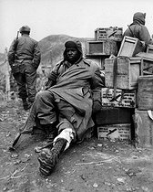 Korean War (1950-1953). Edward Wilson, soldier from the 24th regiment of the US infantry, with an arm injury, waiting to be evacuated, on February 16, 1951. © US National Archives / Roger-Viollet