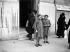 Civils avec des masques à gaz au début de la guerre 1939-1945. © LAPI/Roger-Viollet