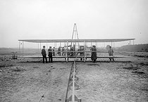 Aeroplane Wright in Auvours ( Sarthe's ) camp. The launchpad. September, 1908. BOY-2031 © Jacques Boyer/Roger-Viollet