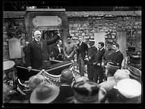"World War I. Ceremony for the American Independence Day. William Graves Sharp (1859-1922), American ambassador, making a speech at the tomb of La Fayette. Paris, Picpus cemetery, on July 4, 1917. Photograph published in the newspaper ""Excelsior"", on July 5, 1917. © Excelsior – L'Equipe/Roger-Viollet"