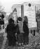 Blocus de Berlin (1848-1849). Le Père Noël discutant avec des enfants, 17 décembre 1948. © TopFoto / Roger-Viollet