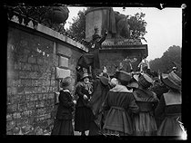 World War I. Strikes in Paris about the vote of the English week (rest on Saturday afternoons for the fashion workers), and the expensive life, late May 1917. Apprentice seamstresses, dressmakers, milliners, corset-makers and furriers at the gate of the Palais-Bourbon. © Excelsior – L'Equipe/Roger-Viollet