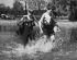 Jeunes  garçons pataugeant dans Bishops Park. Londres (Angleterre). © TopFoto/Roger-Viollet