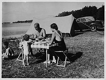 Family of campers, circa 1935-1938. © Roger-Viollet