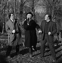 """Shooting of """"Que personne ne sorte"""", film by Ivan Godar (1963), after a novel by Stanislas-André Steeman (1956). Jean-Pierre Marielle, Philippe Nicaud and Jess Hahn. France, on January 21, 1963. © Alain Adler / Roger-Viollet"""