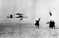 Henri Farman ( 1874-1958 ), French airman, making a success, on Nearby airplane, of first flight(theft) in Europe on a kilometre in closed circuit, during the great price for aviation Deutsch-Archdeacon. Issy-les-Moulineaux, in January 13, 1908. © Roger-Viollet