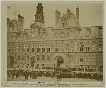 "French Commune. ""Paris city hall. The last balloon leaving for the provinces, taking away the proclamations of the dying Commune (1871)"". Anonymous photograph. Paris, musée Carnavalet. © Musée Carnavalet/Roger-Viollet"