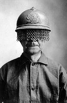 "World War I. Chain screen on a French Army steel helmet, to protect soldiers' eyes. Manufactured by E.J. Codd Co., Baltimore, Md."" Ca. 1918. E.J. Codd Co. (War Dept.). © US National Archives/Roger-Viollet"