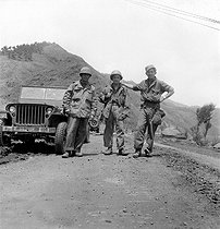 Korean War (1950-1953). Three French soldiers coming back from a patrol.  © Roger-Viollet