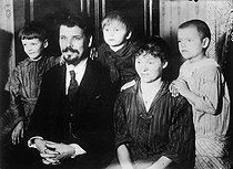 Serge Touvanov, former confessor of Nicholas II became American citizen, with his family, in New York. © Albert Harlingue / Roger-Viollet