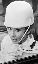 """Comment voler un million de dollars"" (How to steal a million), film de William Wyler. Audrey Hepburn portant un chapeau Givenchy pour le film. Paris, 7 octobre 1965. © TopFoto / Roger-Viollet"