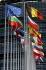 Drapeaux des membres de l'Union Européenne devant le bâtiment Louise Weiss, siège du Parlement Européen. Strasbourg (Bas-Rhin), 23 octobre 2007. © Ullstein Bild/Roger-Viollet
