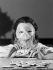 Etude publicitaire pour René Risacher. Femme masquée jouant aux dominos. Photographie d'André Vigneau (1892-1968). 1939. Bibliothèque historique de la Ville de Paris. © André Vigneau / BHVP / Roger-Viollet