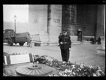"""Mr Gaudin, guard of the Flame at the Tomb of the Unknown Soldier. Paris (VIIIth arrondissement), on December 14, 1938. Photograph from the collections of the newspaper """"Excelsior"""". © Excelsior – L'Equipe/Roger-Viollet"""