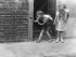 Enfants jouant à la guerre avec des masques à gaz. Londres (Angleterre), 30 juillet 1935. © TopFoto/Roger-Viollet