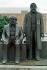 Le monument à Karl Marx (1818-1883) et Friedrich Engels (1820-1895), théoriciens socialistes allemands, devant le Palais de la République, parlement de la RDA. Berlin (Allemagne), 15 février 1990. © Ullstein Bild / Roger-Viollet
