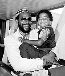 Marvin Gaye (1939-1984), chanteur américain, et son fils Frankie. Aéroport de Londres (Angleterre), 12 juin 1980. © PA Archive / Roger-Viollet