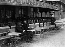 """Paul Fort (1872-1960), """"Prince of the poets"""" (on the right), at the terrace of the Closerie des Lilas, boulevard Montparnasse. Paris (VIth arrondissement), 1920. © Maurice-Louis Branger / Roger-Viollet"""