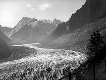 Chamonix (Haute-Savoie). Glacier seen from the Montenvers.              © Charles Hurault/Roger-Viollet
