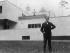 Walter Gropius (1883-1969), architecte allemand naturalisé américain, devant l'une des maisons qu'il a conçue. 1927. © Ullstein Bild / Roger-Viollet