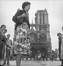 Skirt with motives representing famous monuments. Paris, 1955. © Roger-Viollet