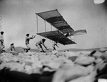 """The captain Ferdinand Ferber on his glider, the """"n°5"""". Beach of Nice (Alpes-Maritimes), about 1902. © Roger-Viollet"""