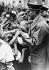Annexion des Sudètes (Tchécoslovaquie) par les troupes allemandes. Hitler accueilli par des enfants lui offrant des fleurs. 4 octobre 1938. © Ullstein Bild/Roger-Viollet