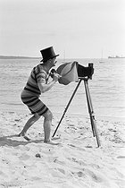 Photographer on a beach, circa 1910. © Roger-Viollet