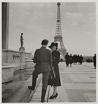 World War II. German soldier and young woman flirting, place du Trocadéro. View on the Eiffel Tower. Paris (VIIth-XVIth arrondissements). 1941. Photograph by Roger Schall (1904-1995). Paris, musée Carnavalet. © Roger Schall / Musée Carnavalet / Roger-Viollet