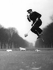 Ken Russell (1927-2011), photographe et réalisateur britannique, ramassant des papiers sur un pogo dans Hyde Park. Londres (Angleterre), 1956. Photographie de Ken Russell (1927-2011). © Ken Russell/TopFoto/Roger-Viollet