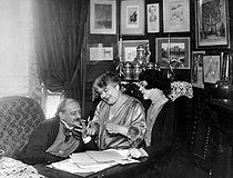 Georges Courteline (1858-1929), French writer, his second wife Judith  says Marie-Jeanne (born Bernheim, 1869-1967), actress like Miss Brécourt, and her daughter, Lucile Moineau (born in 1893) adopted in 1948 by this second spouse. © Roger-Viollet
