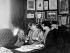 Georges Courteline (1858-1929), écrivain français, sa seconde femme Judith, dite Marie-Jeanne (née Bernheim,1869-1967), comédienne sous le nom de Mademoiselle Brécourt, et sa fille, Lucile Moineau (née en 1893) adoptée en 1948 par cette seconde épouse. © Roger-Viollet