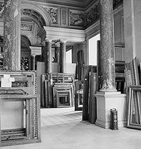 Frames waiting the return of masterpieces at the Louvre museum, after the war. Paris, 1945. © Pierre Jahan/Roger-Viollet