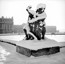 Snow-covered statue in the park of the palace. Versailles (Yvelines), circa 1960. © Roger-Viollet