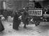 Guerre 1914-1918. Vague de grand froid dans la capitale. File d'attente à l'Opéra Garnier, pour acheter du charbon. Paris (IXe arr.), 1917. © Maurice-Louis Branger / Roger-Viollet