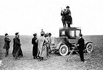 Henri Farman and Louis Blériot measuring wind speed on a car to Chalons, in 1908. © Maurice-Louis Branger/Roger-Viollet