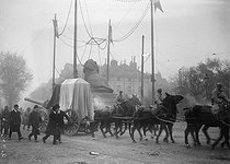 The coffin of the Unknown Soldier crossing the place Denfert-Rochereau before being buried under the Arc de Tromphe. Paris (VIIIth arrondissement), on November 11, 1920 © Albert Harlingue/Roger-Viollet