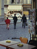Enfants traversant la rue. Vue depuis un bistrot rue des Couronnes. Paris (XXème arr.), septembre 1969. Photographie de Léon Claude Vénézia (1941-2013). © Léon Claude Vénézia / Roger-Viollet