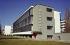 Vue d'un bâtiment du Bauhaus construit par Walter Gropius en 1925-1926. Depuis 1994, c'est le siège de la fondation Bauhaus ; depuis 1996, fait partie du  patrimoine mondial de l'UNESCO. Dessau (Allemagne), 2003. © Ullstein Bild / Roger-Viollet