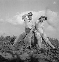 Couple of tired farmers. © Gaston Paris / Roger-Viollet