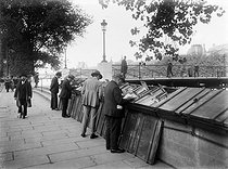 Secondhand booksellers on the quai de Conti, near the pont des Arts. Paris (VIth arrondissement), 1925.  © Roger-Viollet
