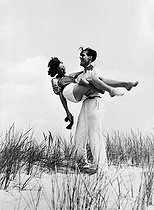 Couple on a beach. © Roger-Viollet