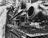 Machine pour le conditionnement en capsules de l'auréomycine, antibiotique, dans un laboratoire pharmaceutique américain, 1956.  © Jacques Boyer / Roger-Viollet