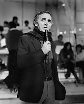Charles Aznavour (1924-2018), Armenian-born French singer-songwriter and actor, during a TV program, December 1982. © Carlos Gayoso / Roger-Viollet
