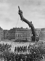 French Commune. The Vendome column being knocked over. Paris (Ist arrondissement), 1871. © Roger-Viollet