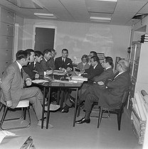 Albin Chalandon (1920-2020), French senior official, banker and politician, during a work meeting. © Jacques Cuinières / Roger-Viollet