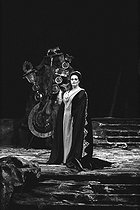 """Norma"" by Vincenzo Bellini, staging by Franco Zeffirelli, under Oliviero de Fabritiis' direction. Montserrat Caballé. Opéra de Paris, October 1972. © Colette Masson/Roger-Viollet"