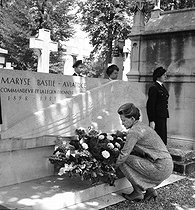 Jacqueline Auriol (1917-2000), French aviatrix, laying flowers on the tomb of Maryse Bastié (1898-1952), French aviatrix, at the Montparnasse cemetery. Paris, June 1962.  © LAPI/Roger-Viollet