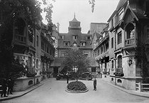 Entrance of the Normandy Hotel. Deauville (Calvados), in the 1920's. © CAP / Roger-Viollet